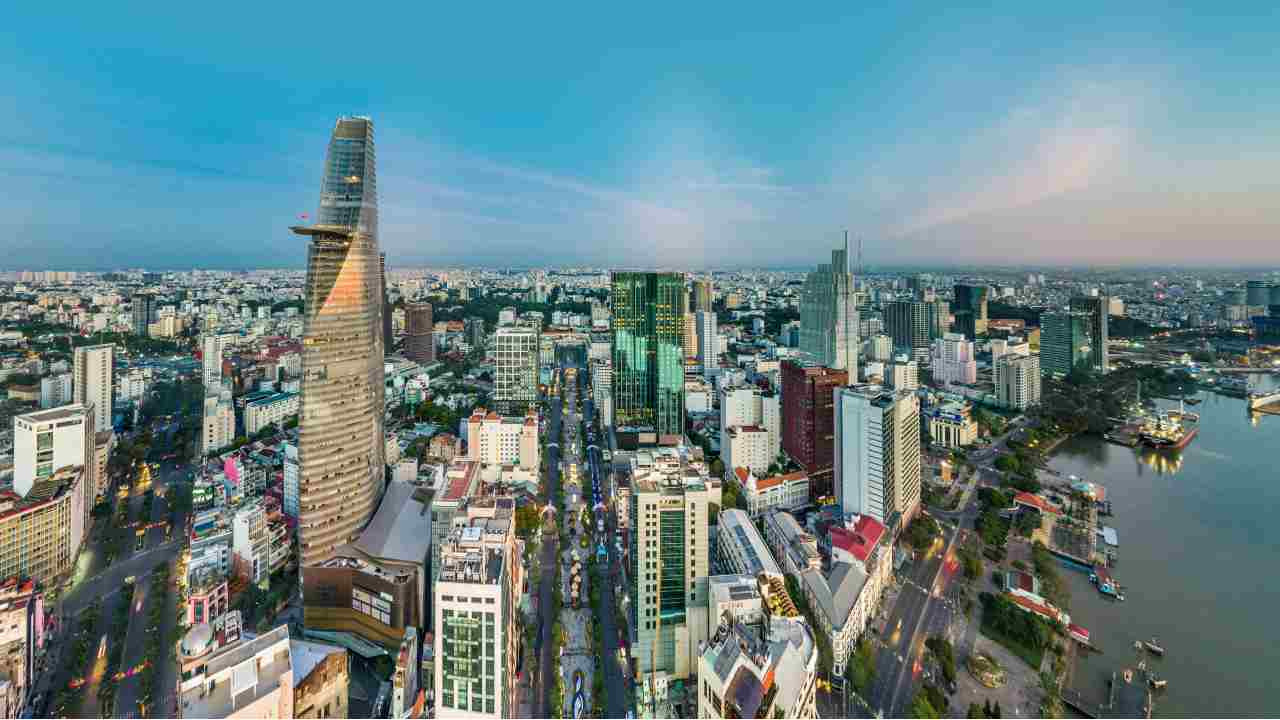 Top 5 must-have experiences in Nguyen Hue street