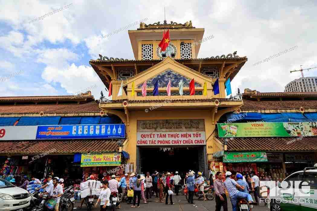 Exploring many interesting things in the Binh Tay market